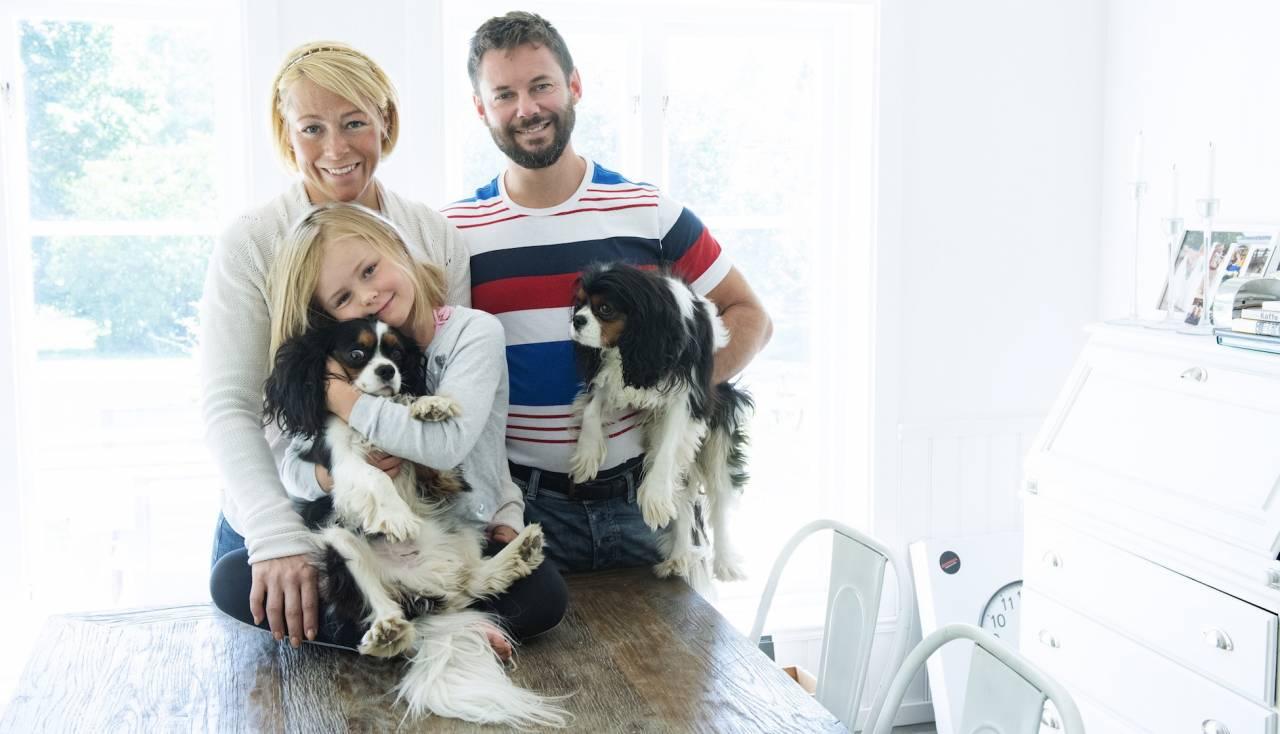 Helena Reje med maken Patrik och yngsta dottern Alicia, 7 år, samt familjens två hundar.