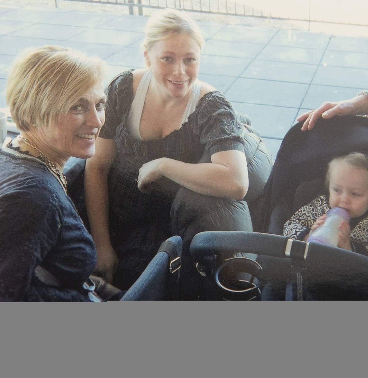 Bild av Helena Reje, ett av hennes barn och mamma Louise som tog livet av sig.