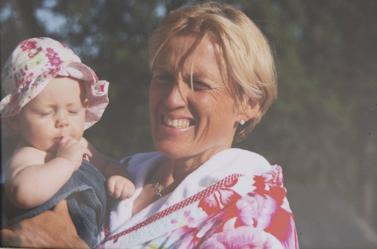 """Helena Rejes mamma Louise """"Ludde"""" Crafoord-Hofmann tillsammans med ett av sina älskade barnbarn."""