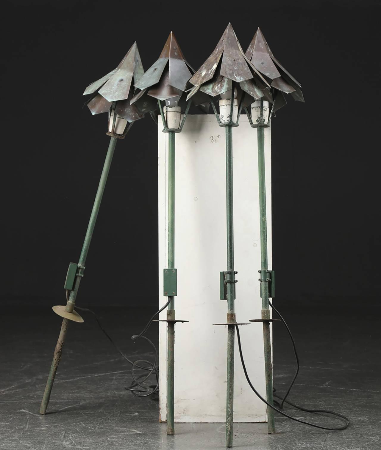 1962 formgav Simon P. Henningsen trädgårdslampor i galvaniserad metall till restaurang Divan 2 på Tivoli.