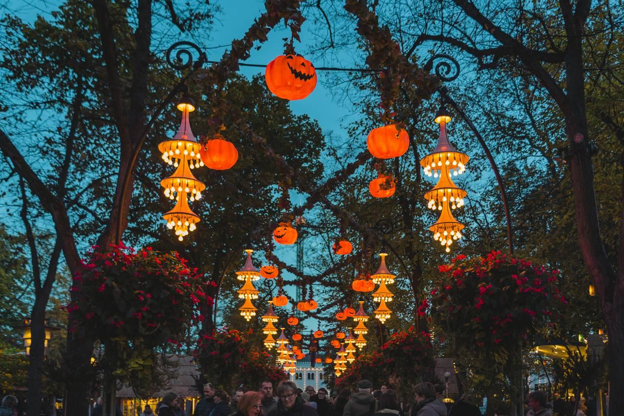 Knud Arne Petersen har ritat de droppformade lamporna i Tivolis huvudallé