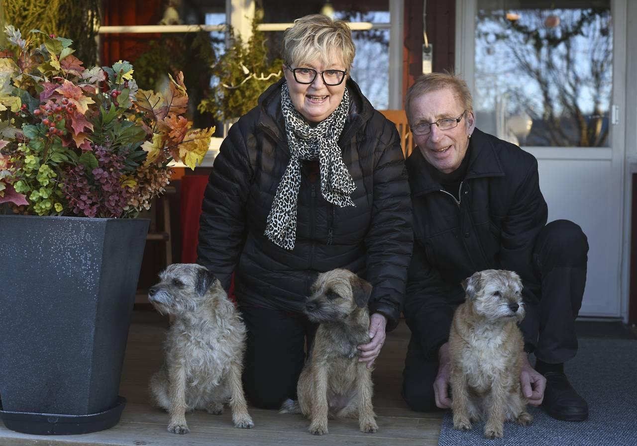Ann-Katrin, Stig och hundgänget som förutom Tindra består av Cilla och Katja.