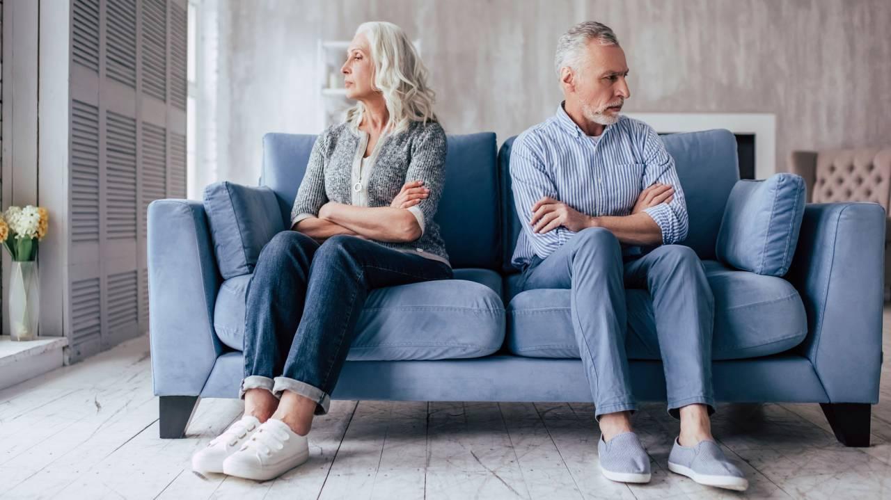 Ett bråkande par sitter i en soffa