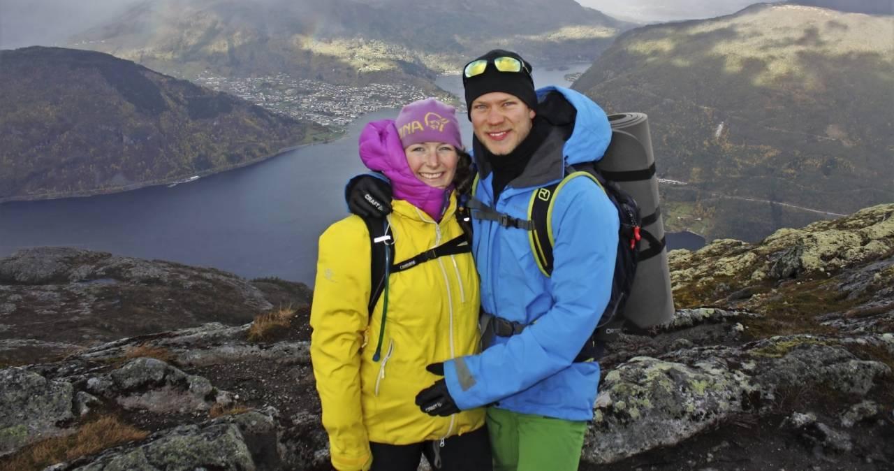 Elise och Gjermund under en tur i naturen. Mikkel ligger i magen. Några månader senare tar Gjermund livet av sig.