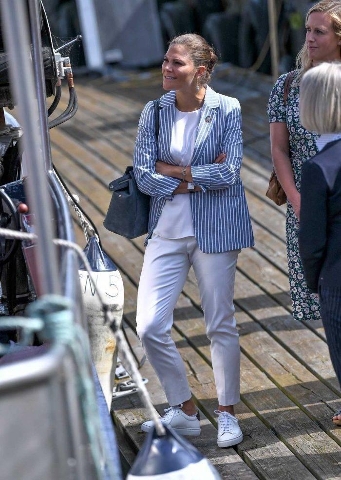 Kronprinsessan bär blått i Simrishamn för att uppmärksamma Östersjöns hälsa.