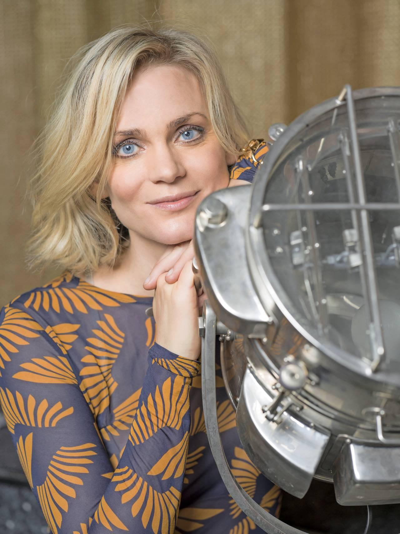Porträtt av skådespelare Liv Mjönes – aktuell i filmen Tills Frank skiljer oss åt