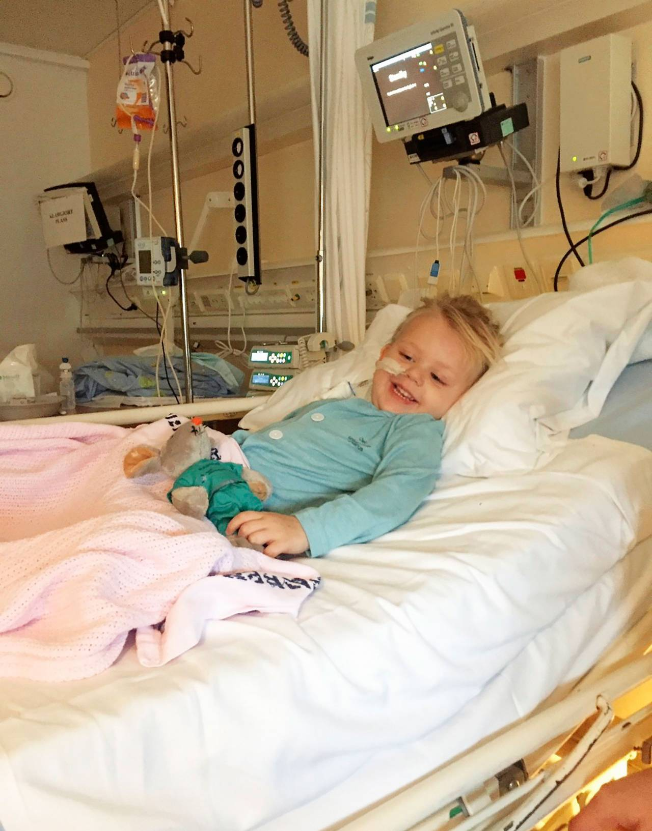 Madelene ligger i sjukhussäng.