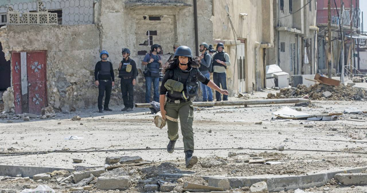 Magda flyr undan IS-prickskyttar i Mosul, Irak, 2017.