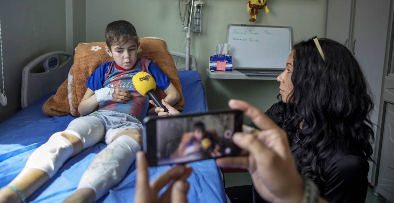 Magda Gad intervjuar en skadad pojke på ett sjukhus