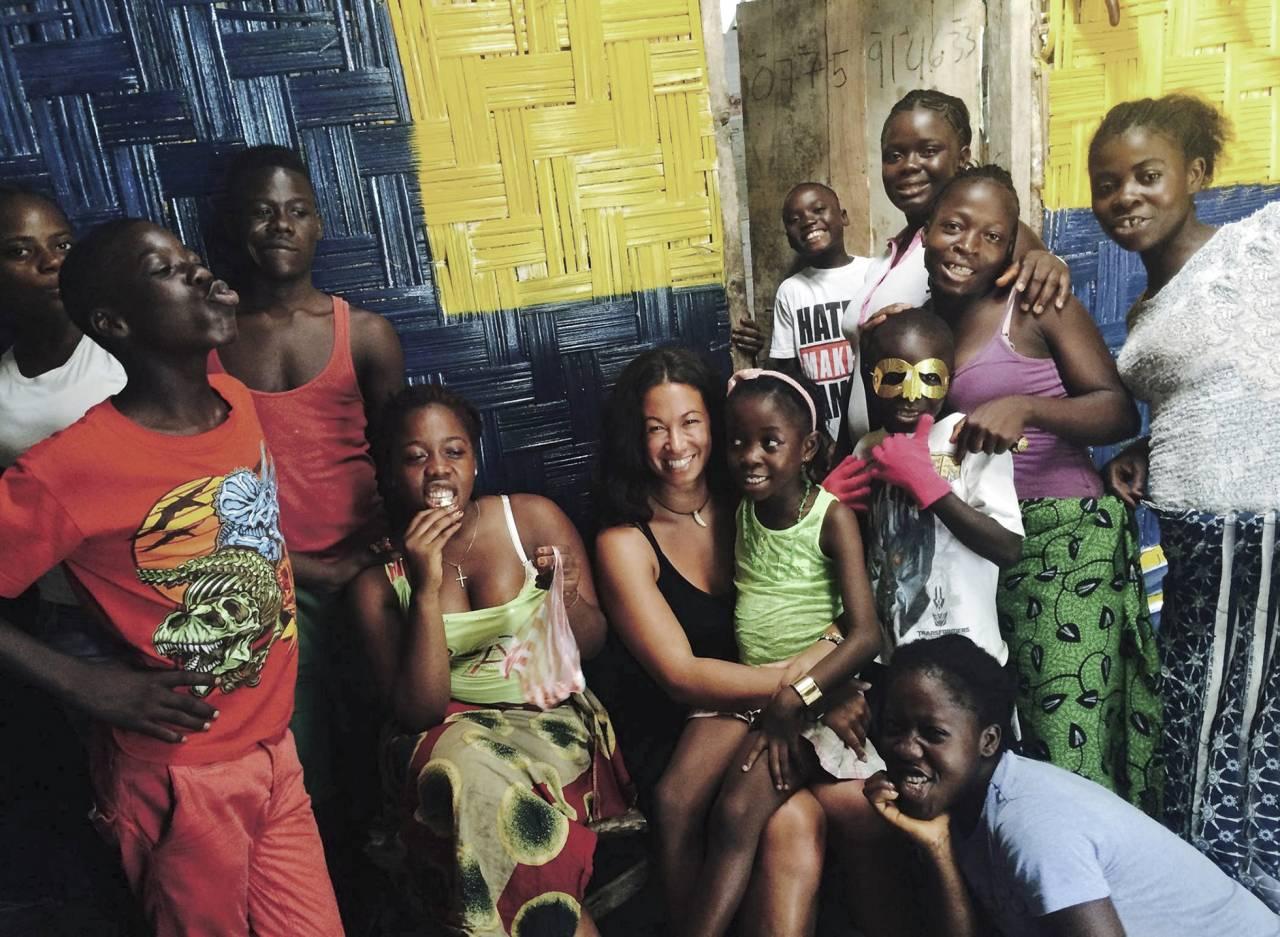 Magda Gad tillsammans med Liberia-dottern Gloria och hennes kompisar i huset som kallas The Swedish Embassy i Liberia.