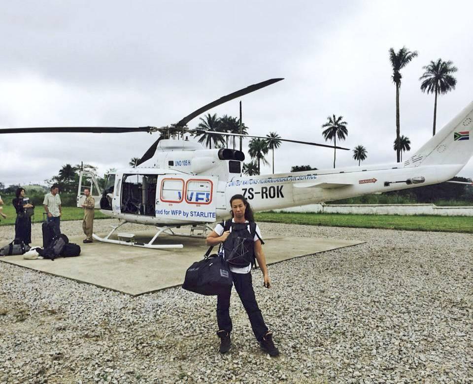 Magda Gad framför en helikopter i eboladrabbade Liberia