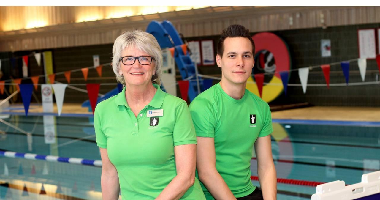 Anna-Karin och Oscar jobbar som badvakter på Fjärås simhall och Kungsbacka simhall.
