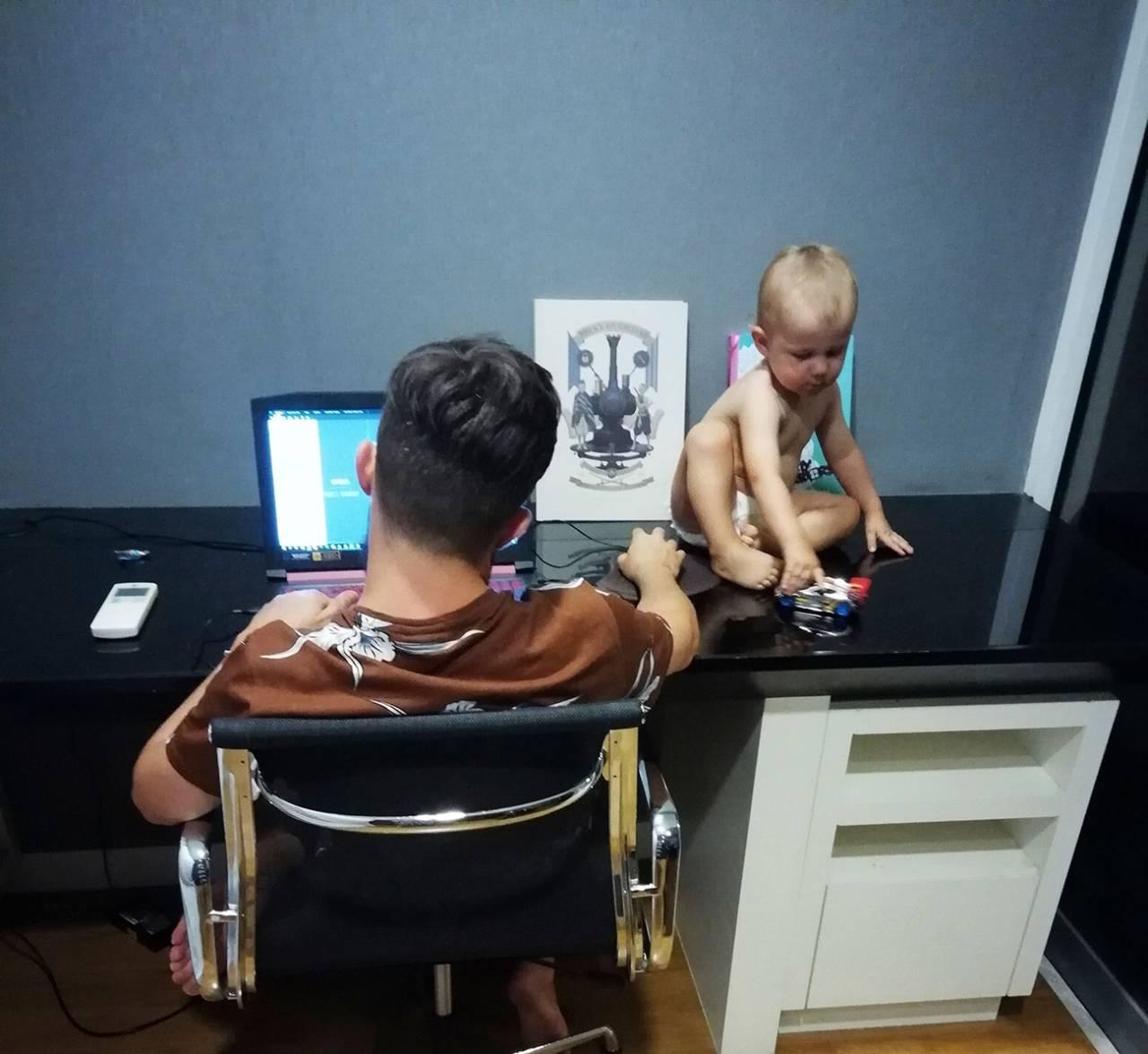 Ibland hände det att Henry satt på skrivbordet medan Robin jobbade.