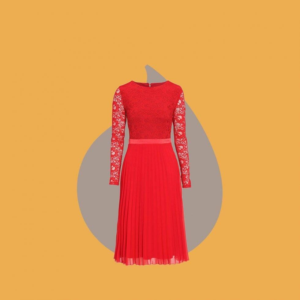 Röd klänning med spets och plisserad kjol
