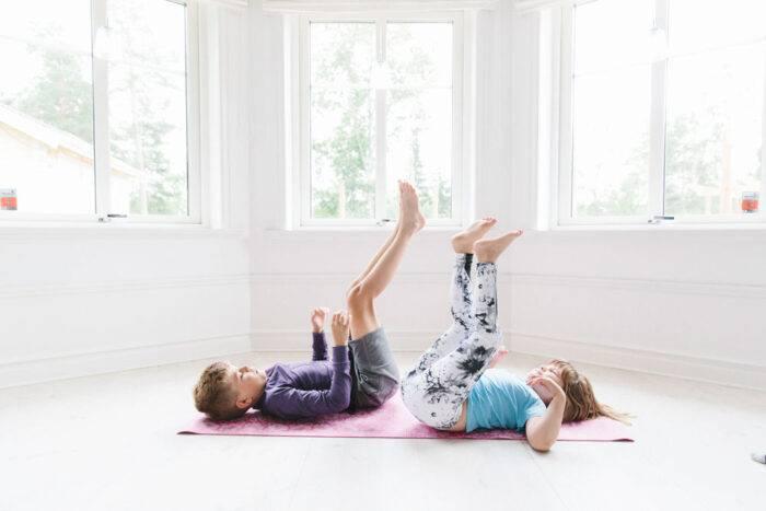Barn som ligger och tränar tillsammans