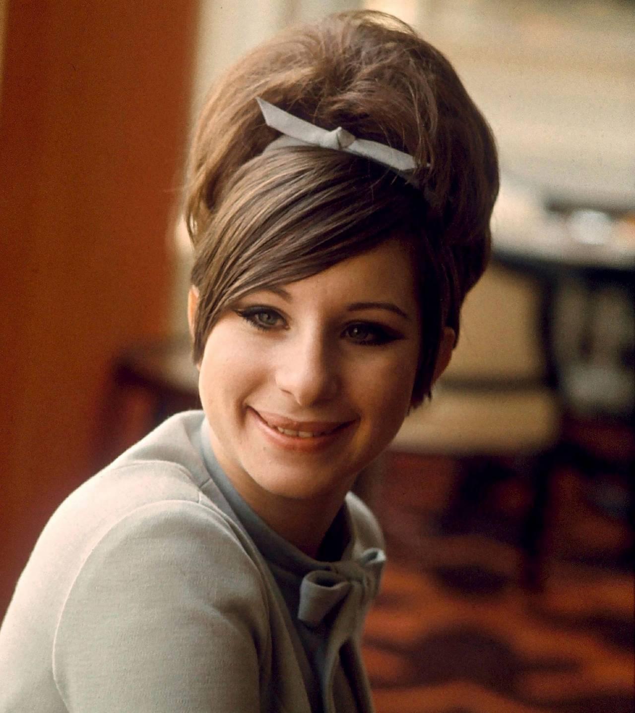 Sångerskan och skådespelerskan Barbara Streisand år1965 med tuperad uppsättning.