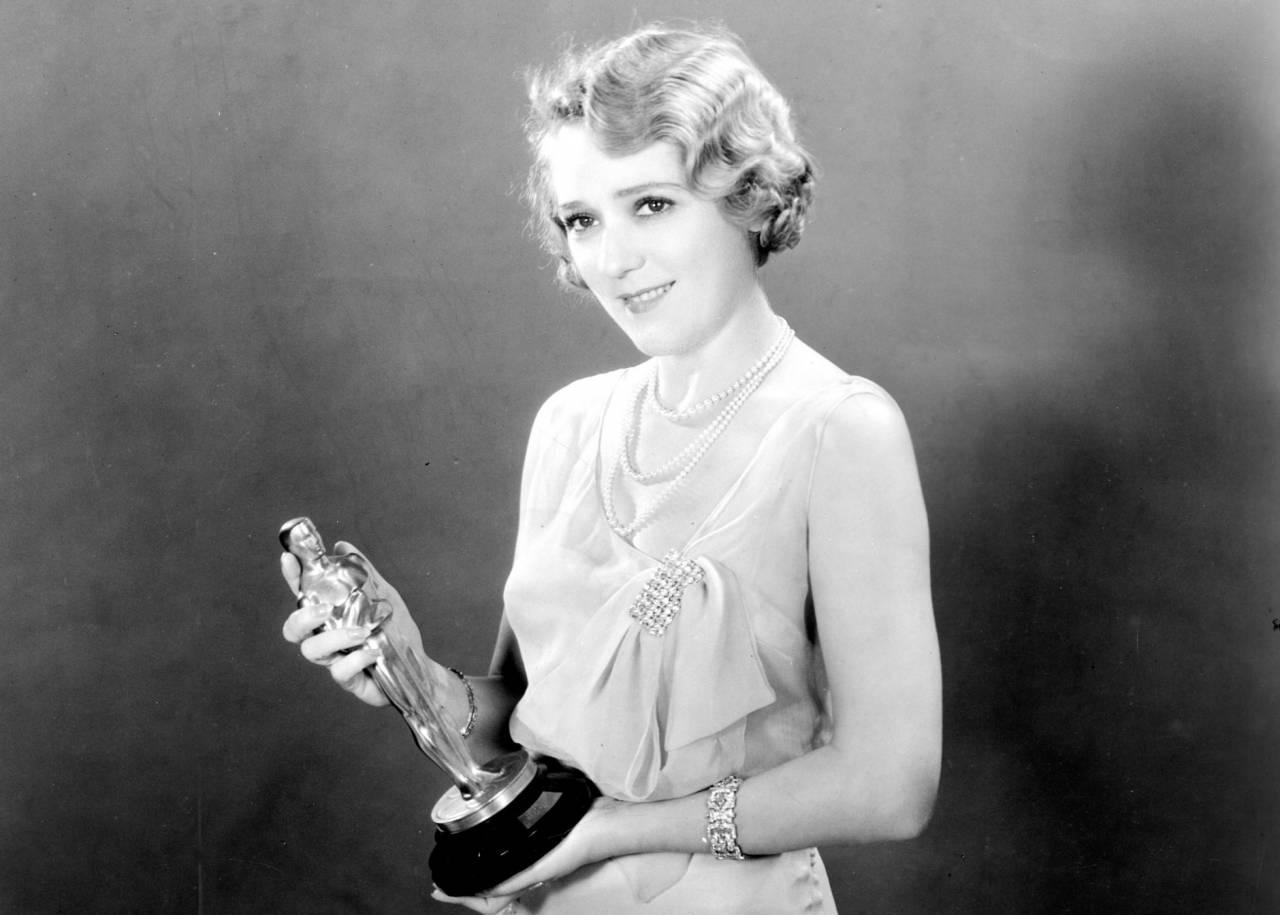 Mary Pickford I kort hår med en Oscar i handen.