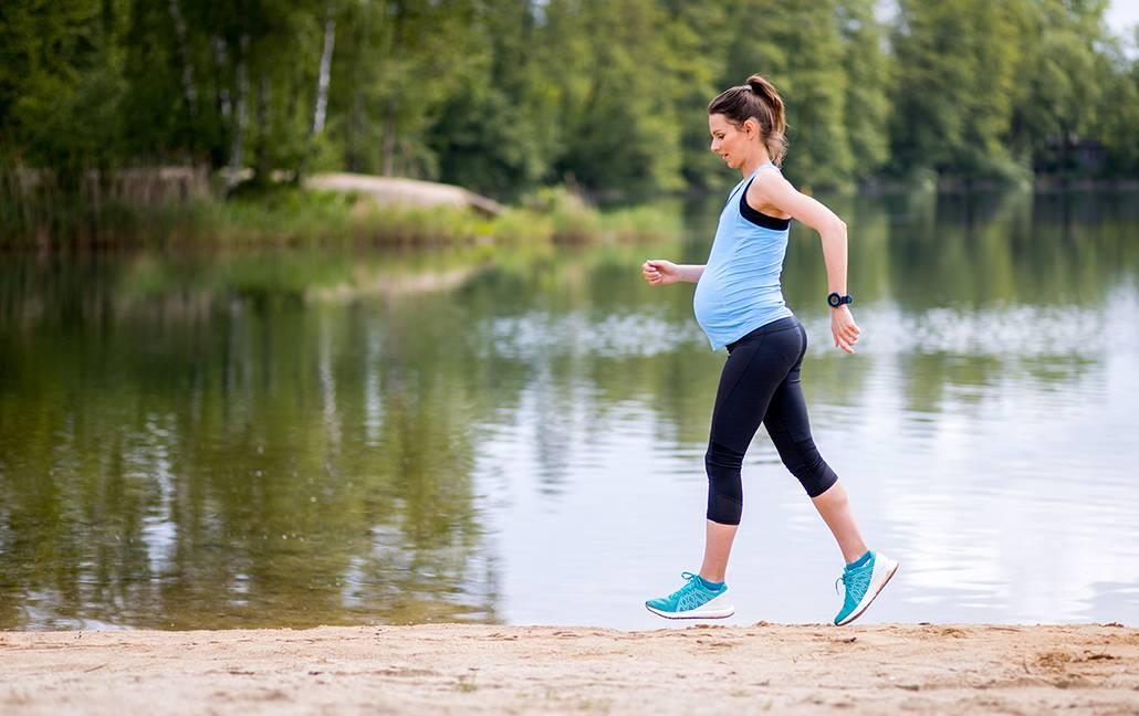 Gravid kvinna joggar