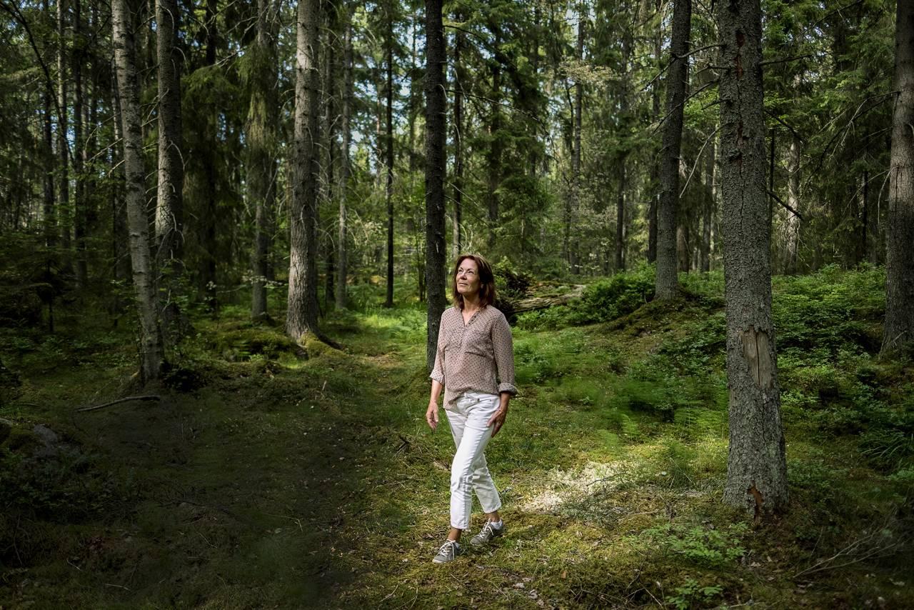 Christine Busain skogsbadar och sänker sina stressnivåer.