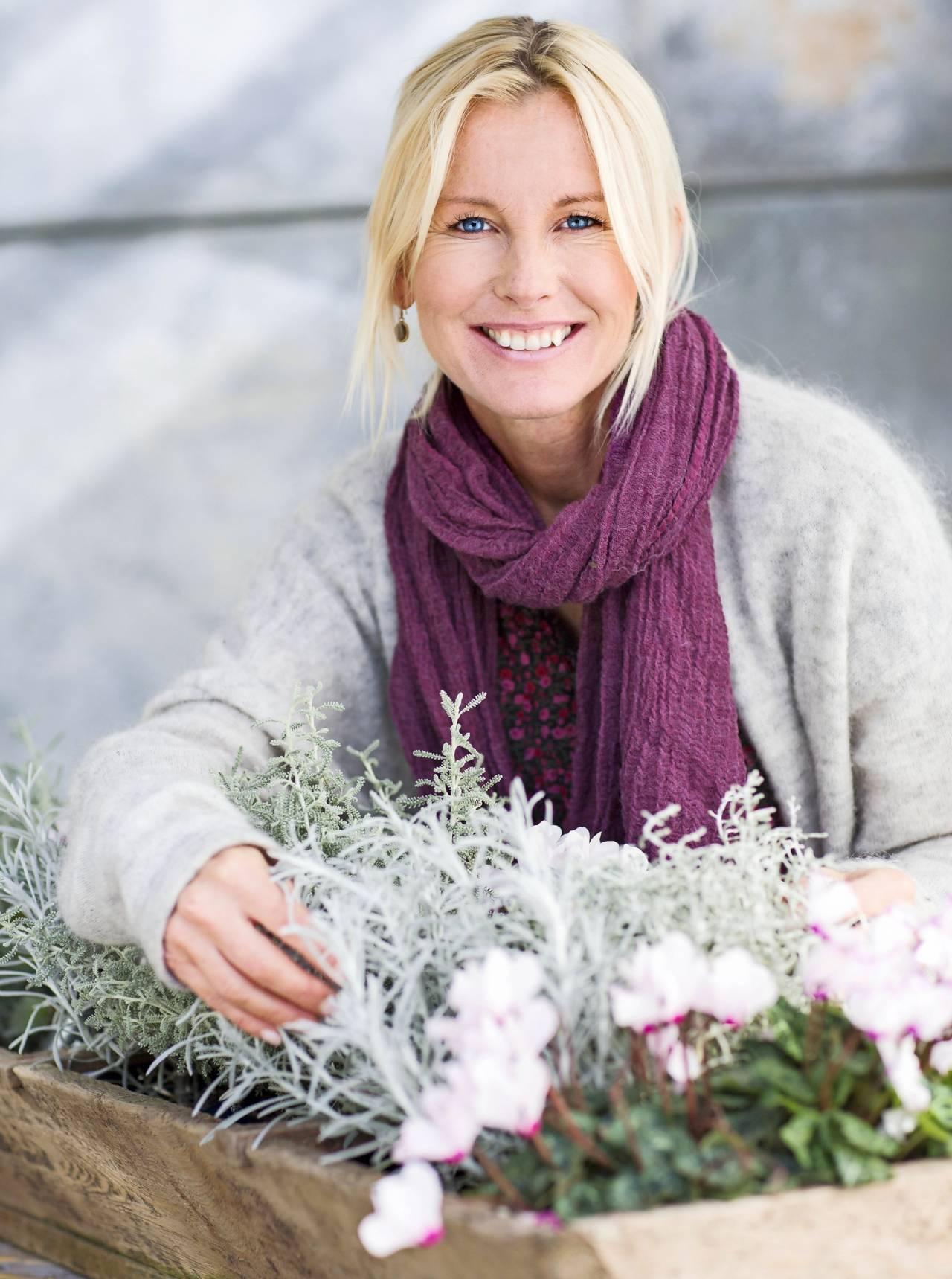Victoria Skoglund visar upp cyklamen i samplantering.