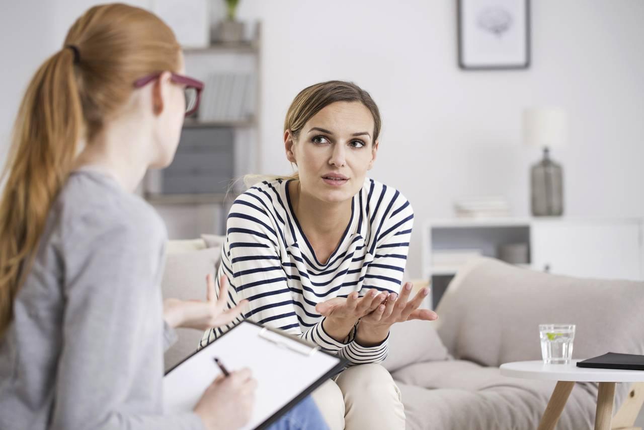 Kvinna pratar med en psykolog om sina skuldkänslor