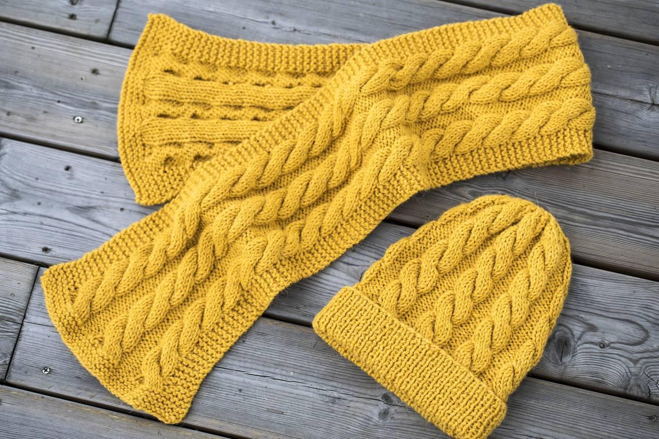Stickad mössa med matchande halsduk i gult garn