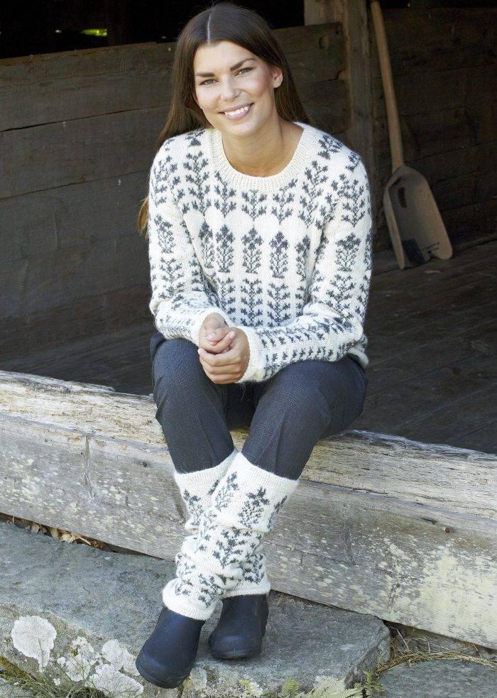 Kvinna i stickad tröja med matchande benvärmare i mjuk alpacka