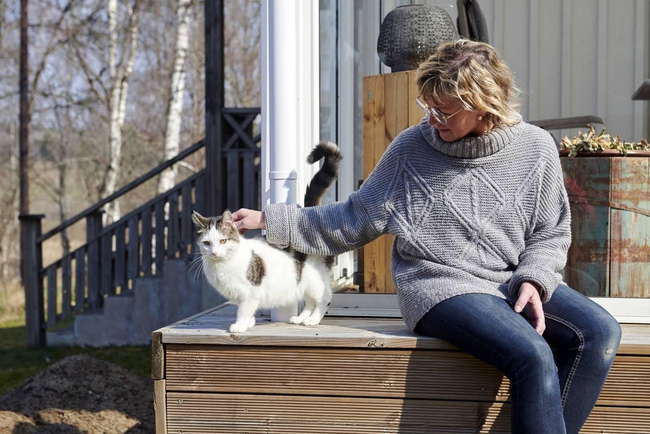 Sussi pratar om systern som dog i cystisk fibros och klappar om sin katt Bollis
