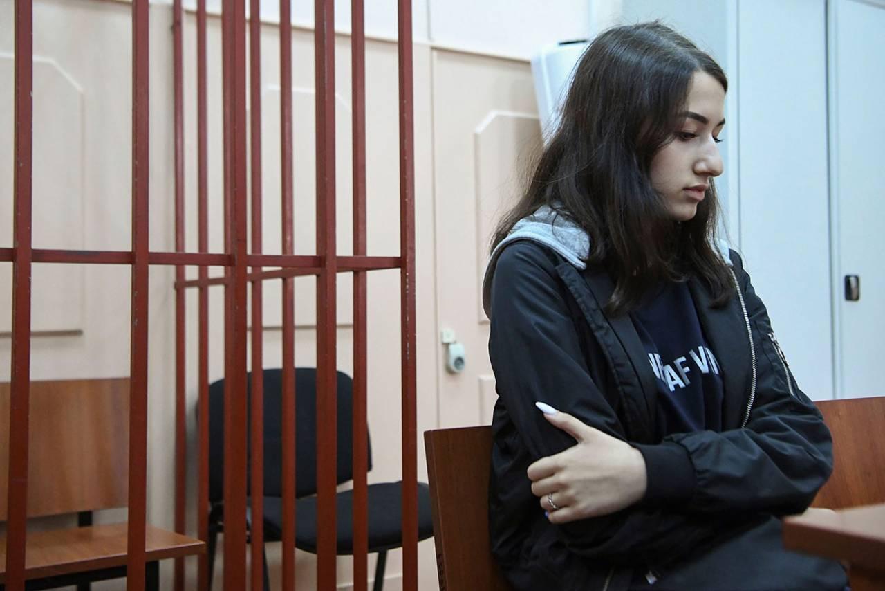 Maria, som mördade sin pappa med sina systrar, i fängelset
