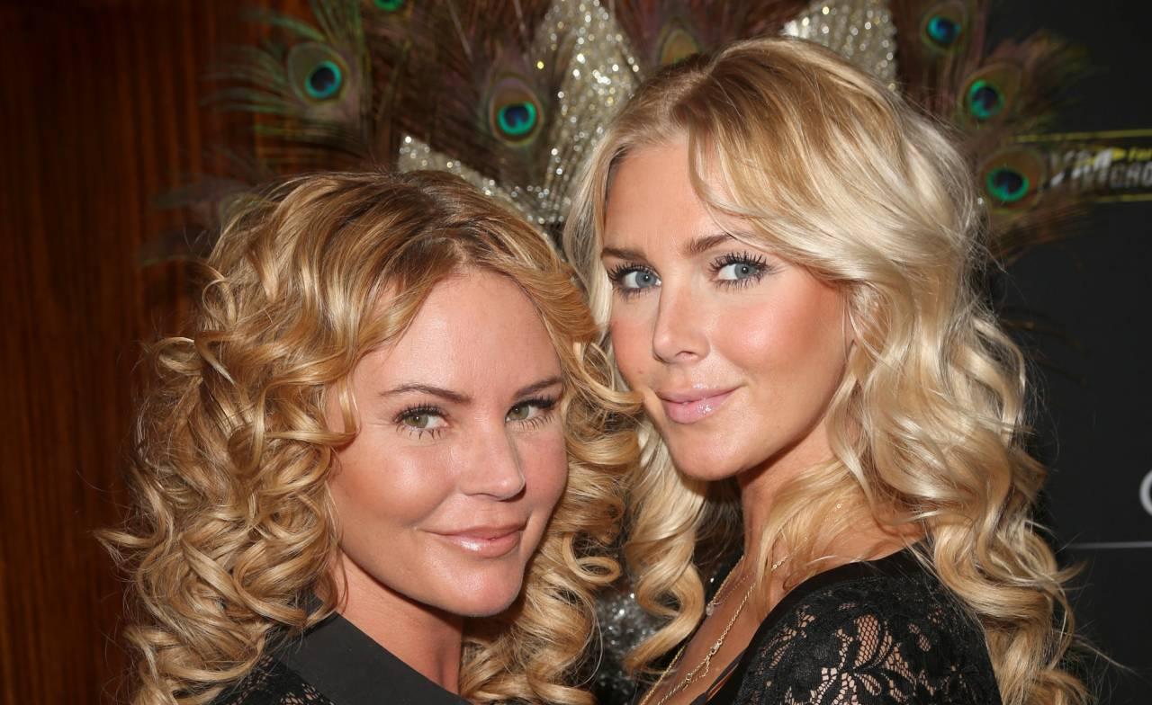 Systrarna Magdalena och Hannah Graaf i blonda lockar.