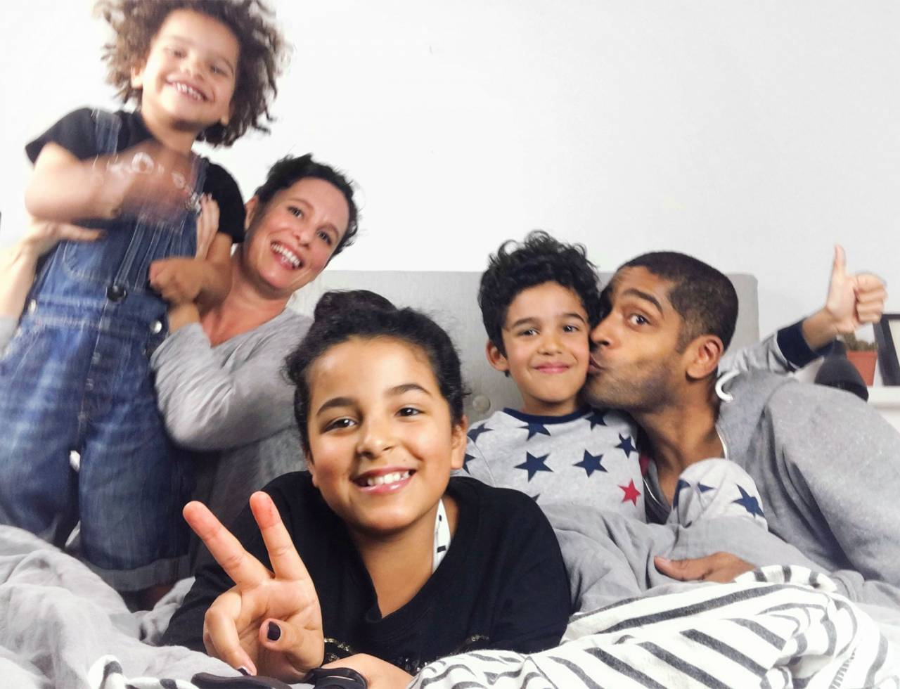 Hela familjen Karim samlad i en säng: Malin och Alexander Karim med barnen Louie, 4, Alba, 11, och Elias, 10.