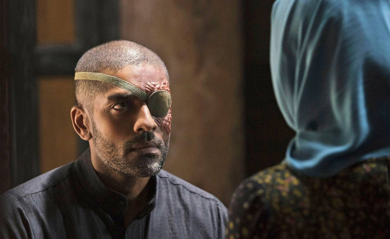 Alexander Karim med ärr i ansiktet och lapp för ögat i den amerikanska tv-serien Tyrant.