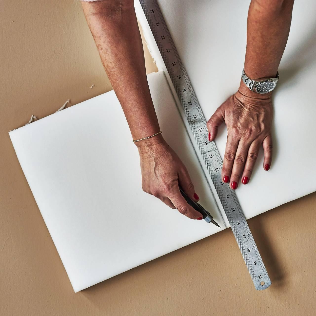 Steg 1 vid bygge av sänggavel: Mät ut måtten på skiva