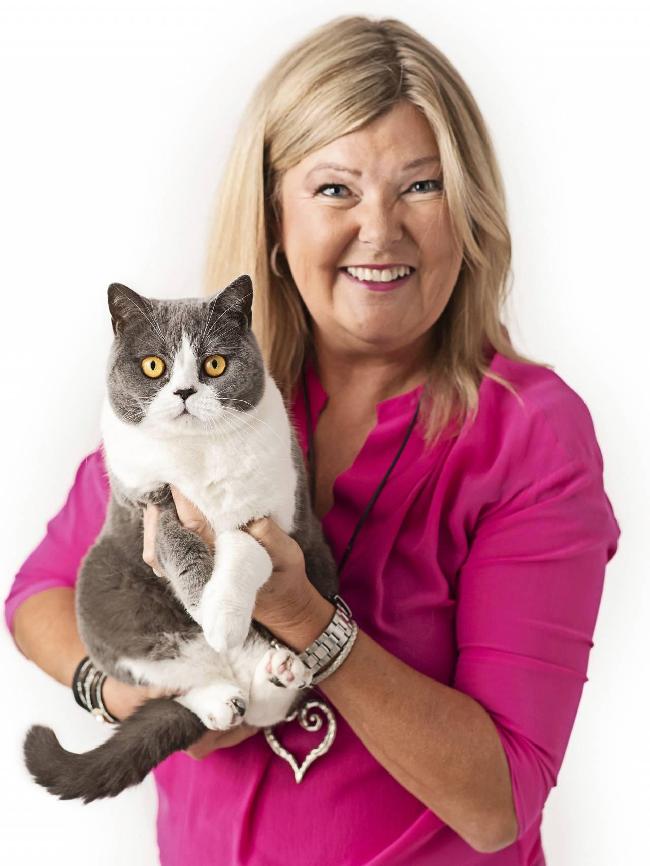 Porträtt av kattpsykologen Susanne Hellman Holmström –här tillsammans med en katt