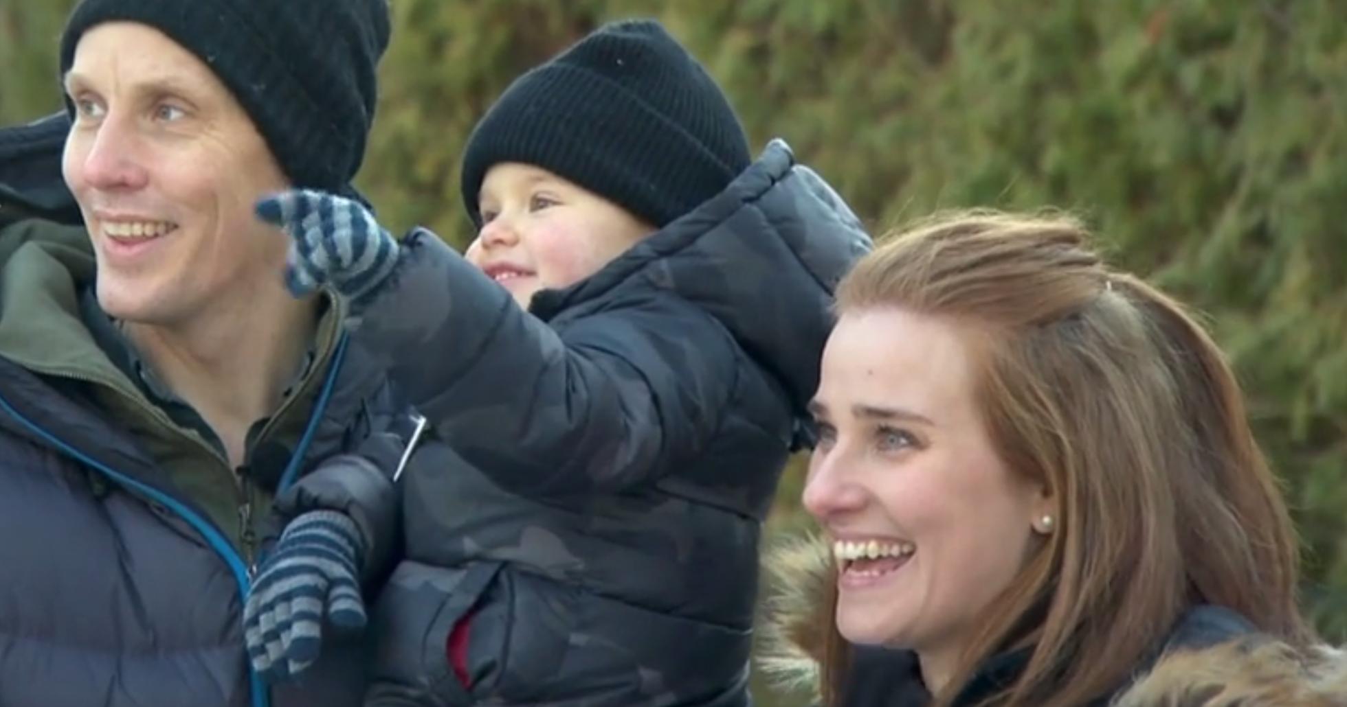 Pappa Ludvig, sonen Vincent och mamma Cara skrattar och är glada.