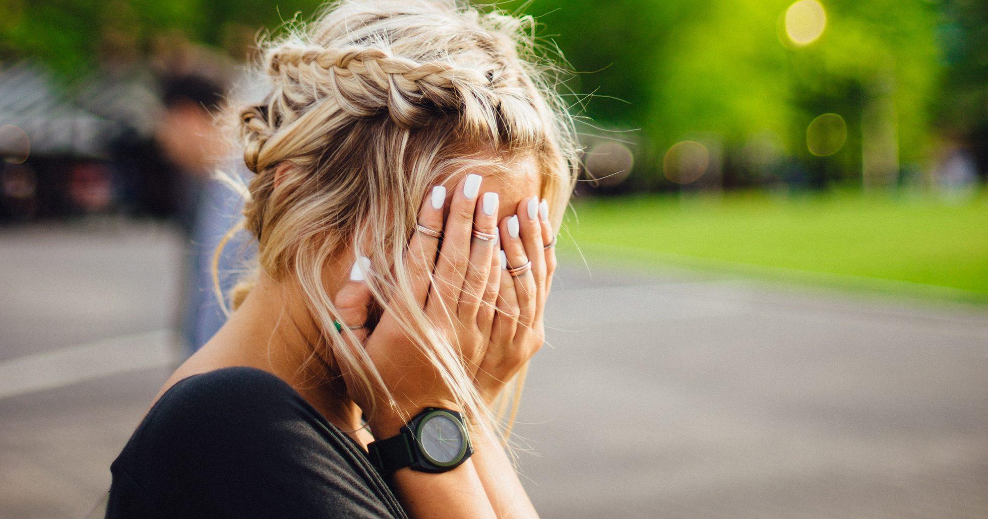 Kvinna håller för ögonen i frustration