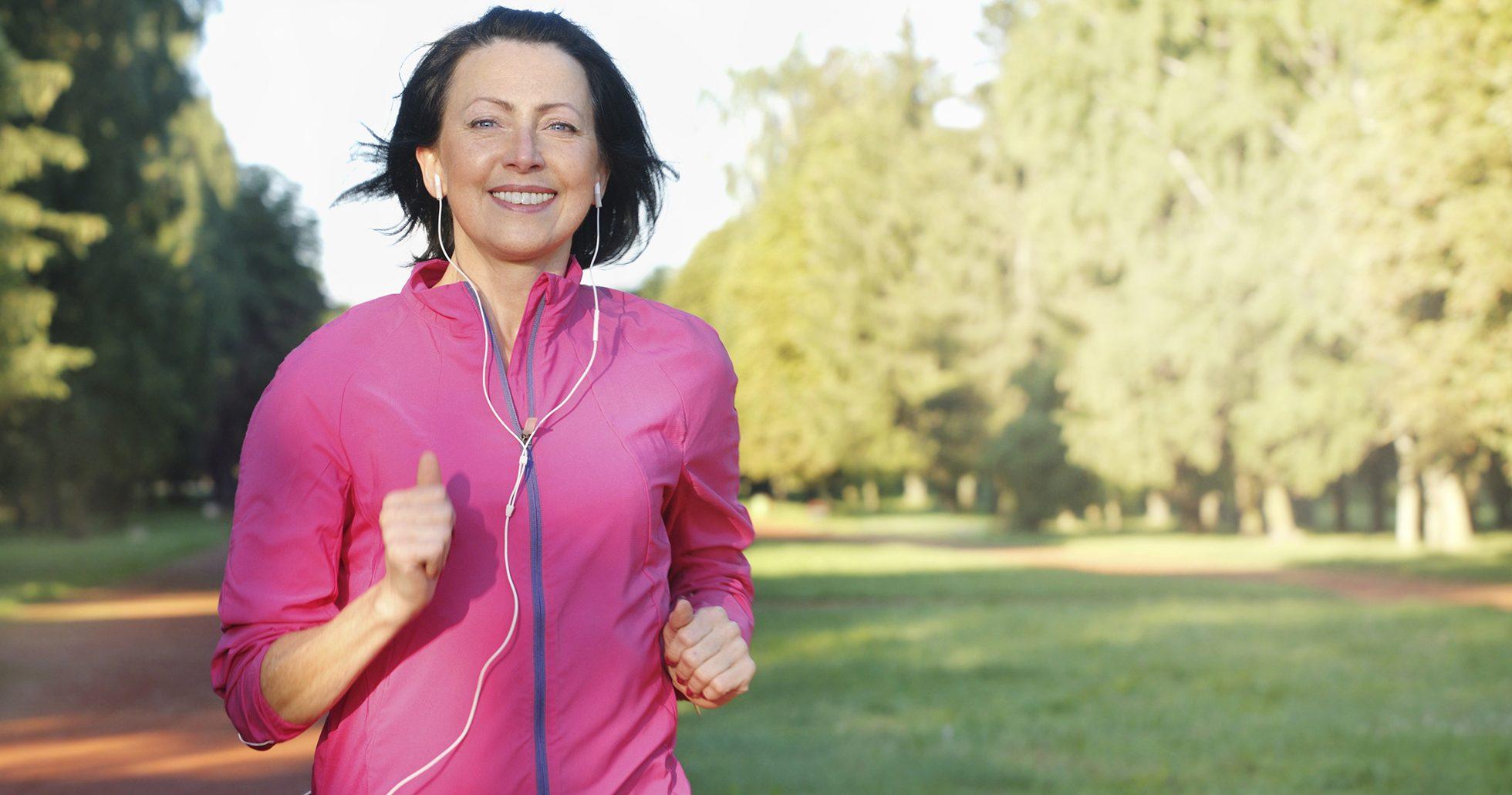 Kvinna joggar i park
