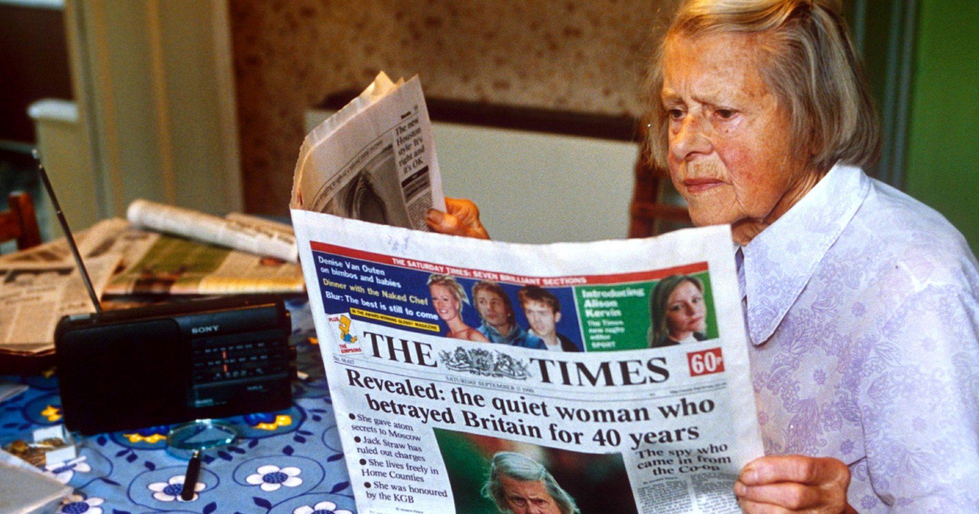 Melita Norwood läser om sig själv i en tidning