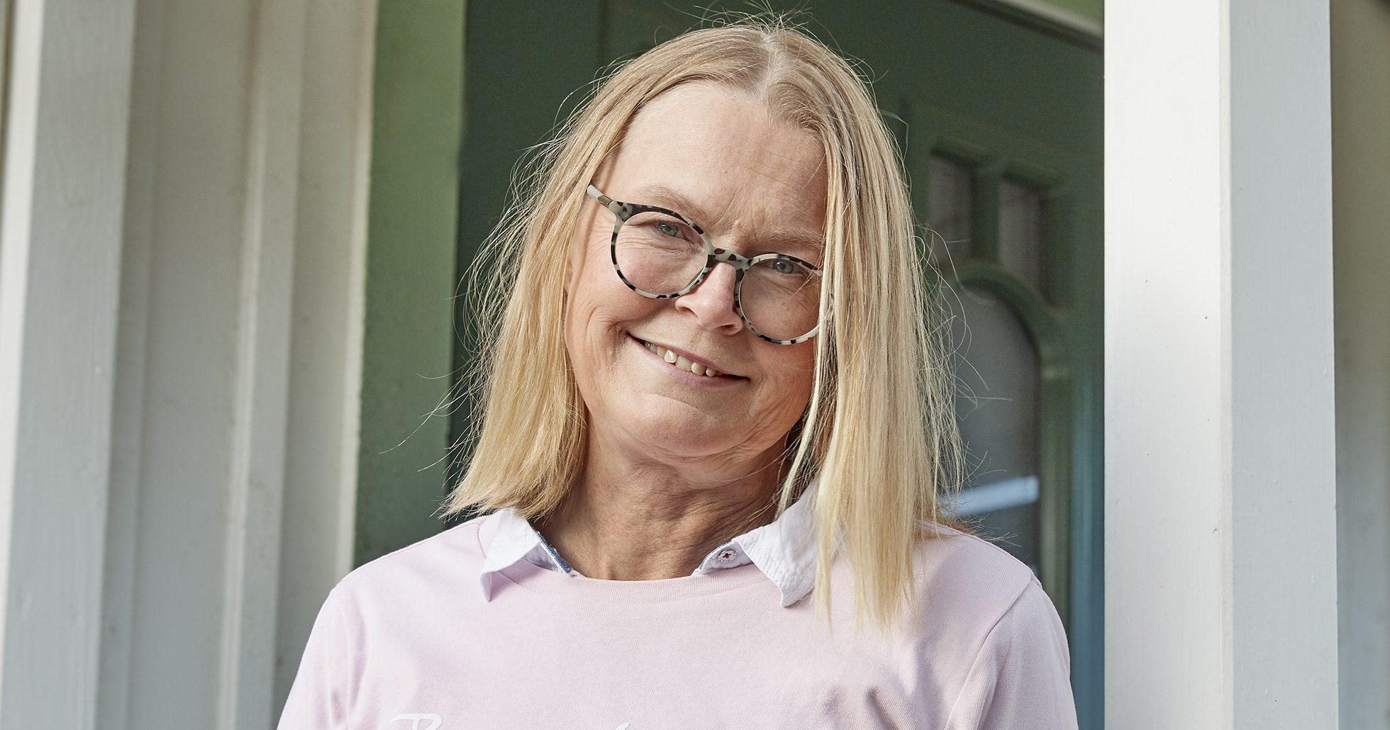 Susanne Bengtsson tittar in i kameran och ler