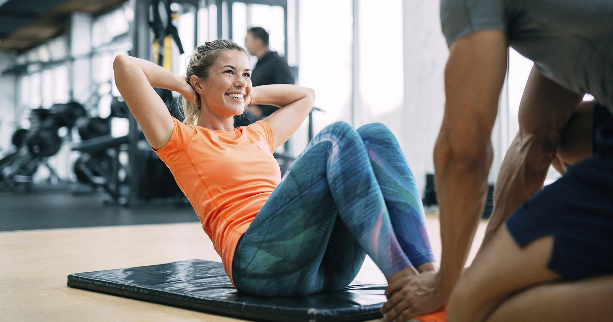 Kvinna tränar mage
