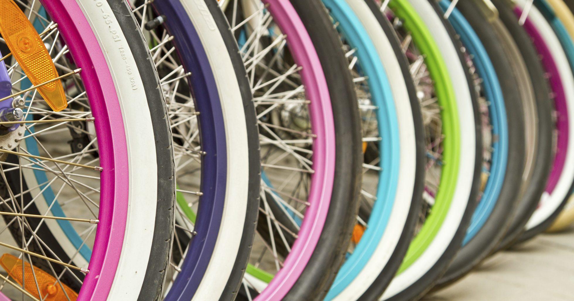 Detaljbild av cyklar på rad