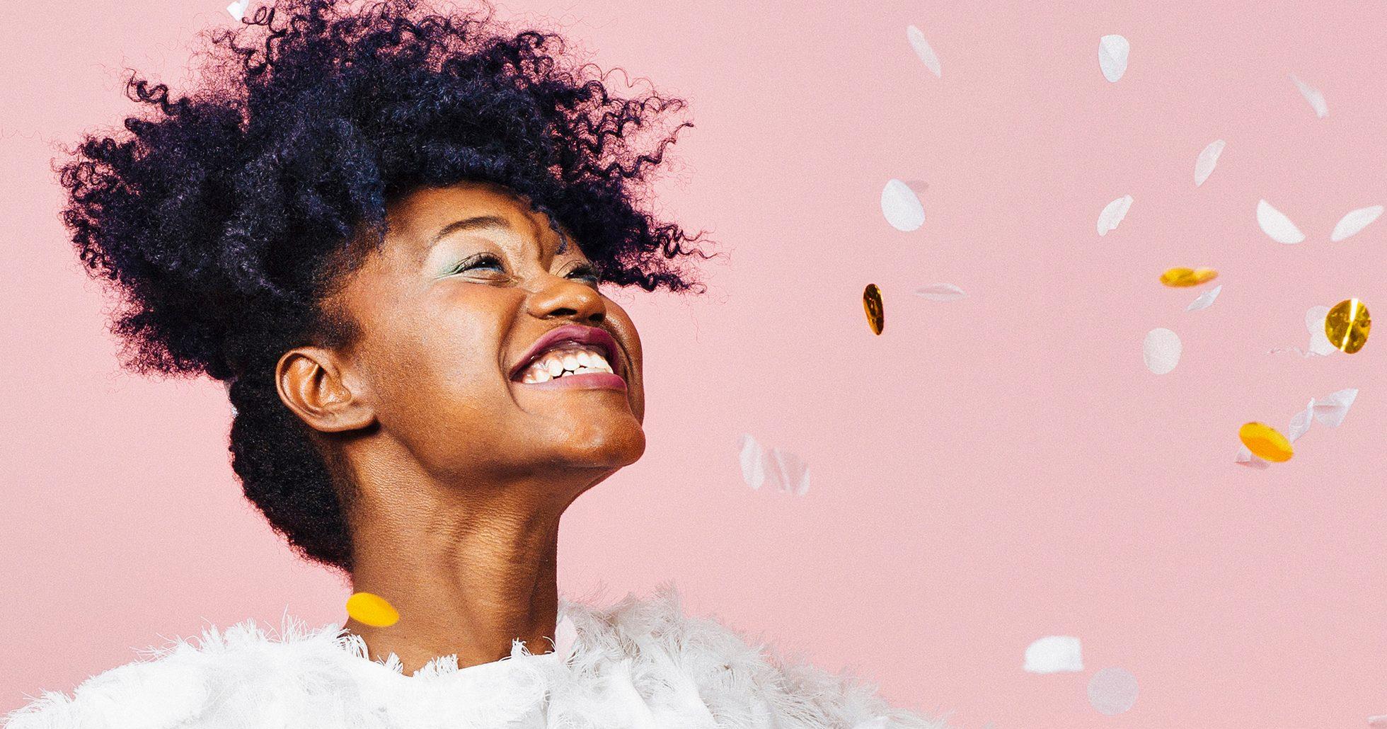 Kvinna ler och klassar konfetti