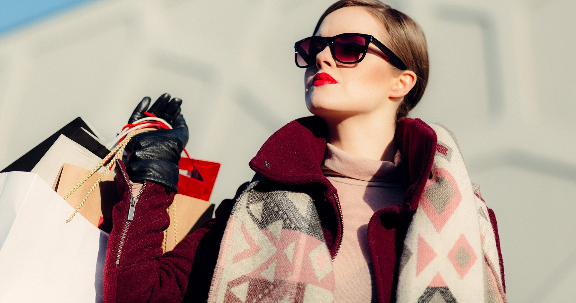 Kvinna med shoppingkassar
