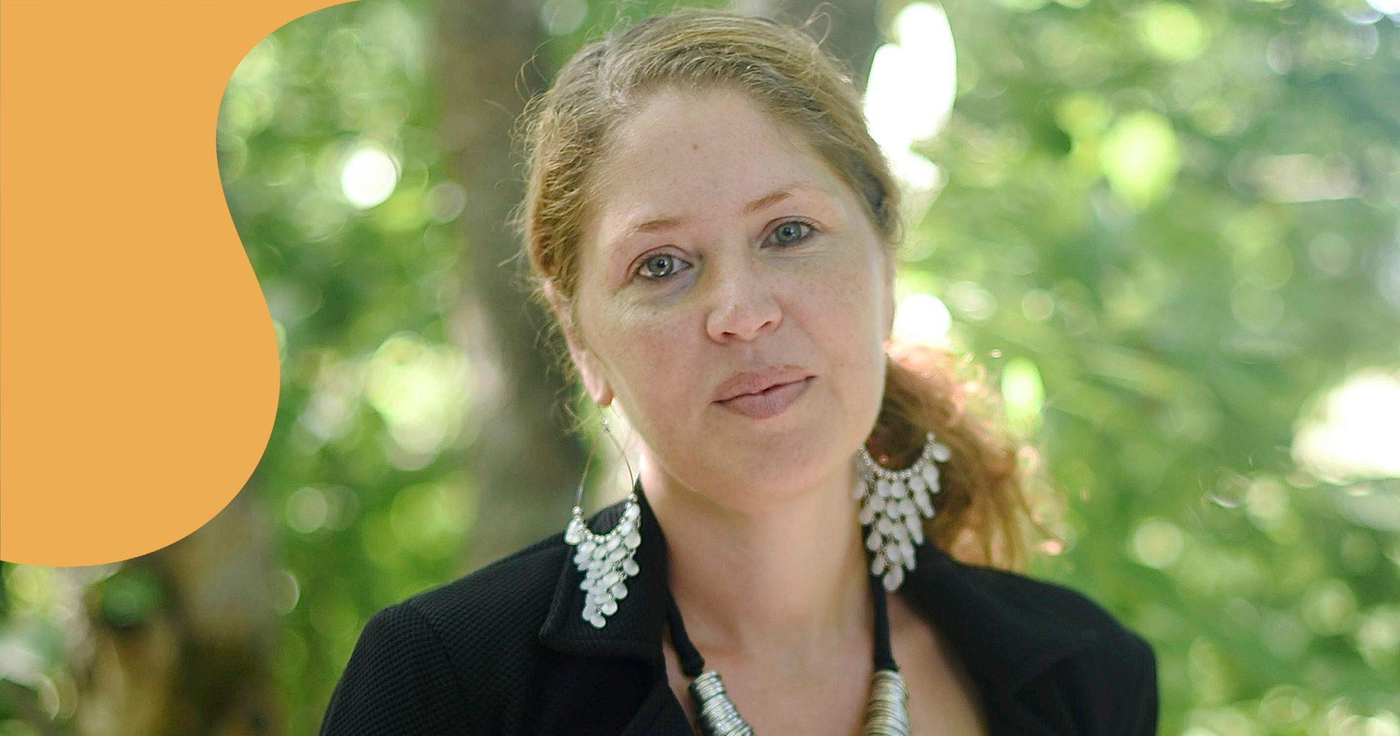 Jessica, som lider av GAD, med grön bakgrund