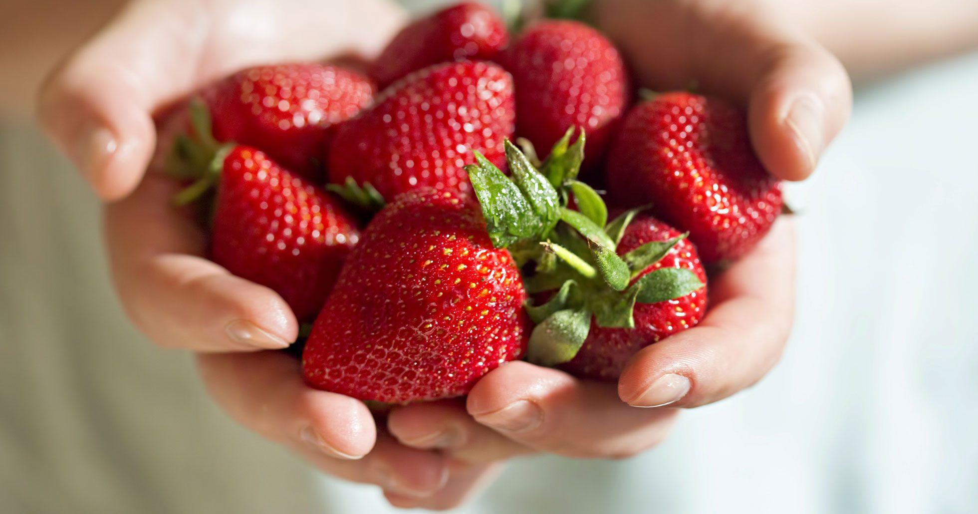 Så nyttiga är jordgubbar – 7 hälsofördelar med att äta de röda bären