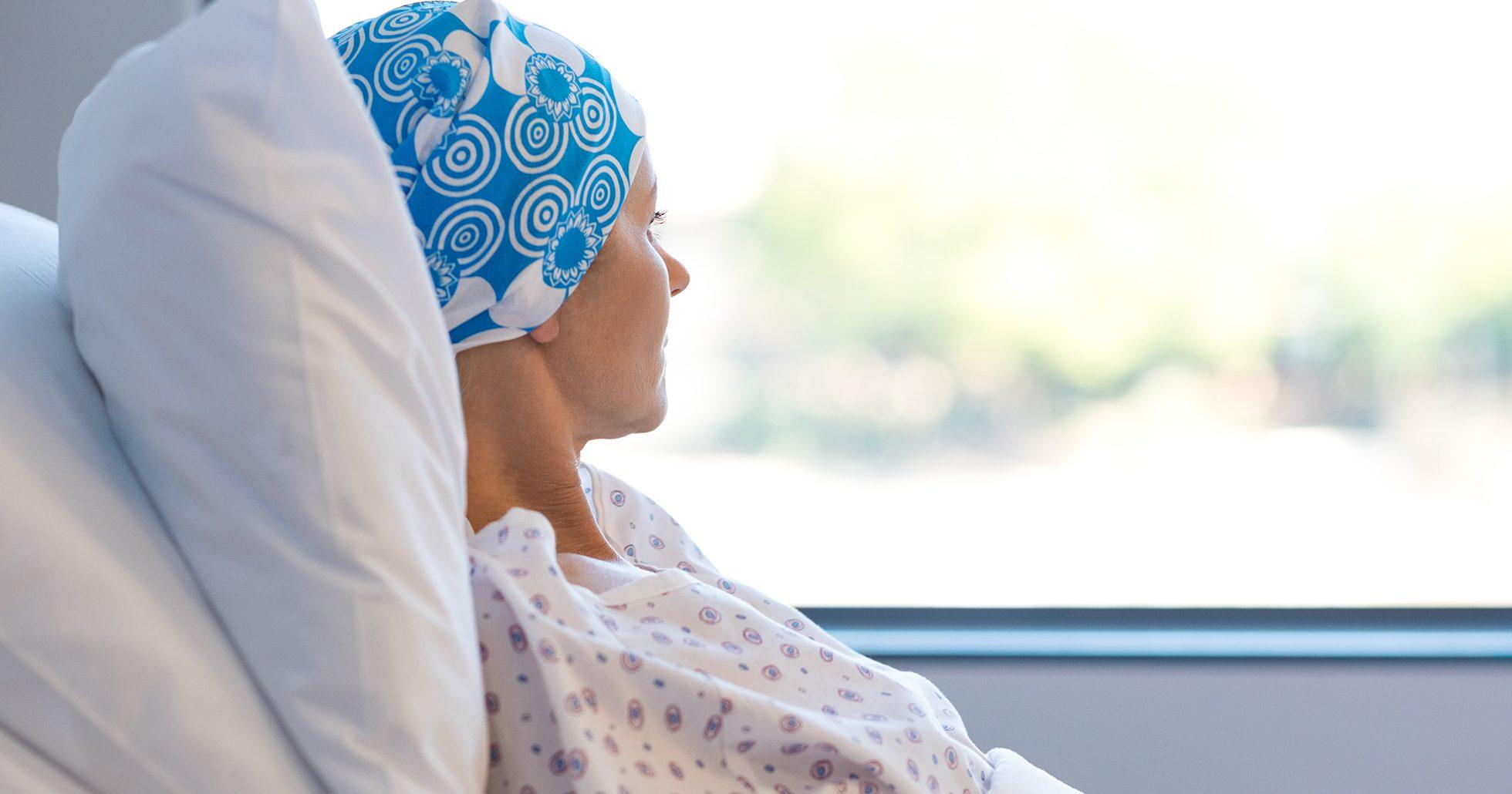 Kvinna ligger i sjukhussäng