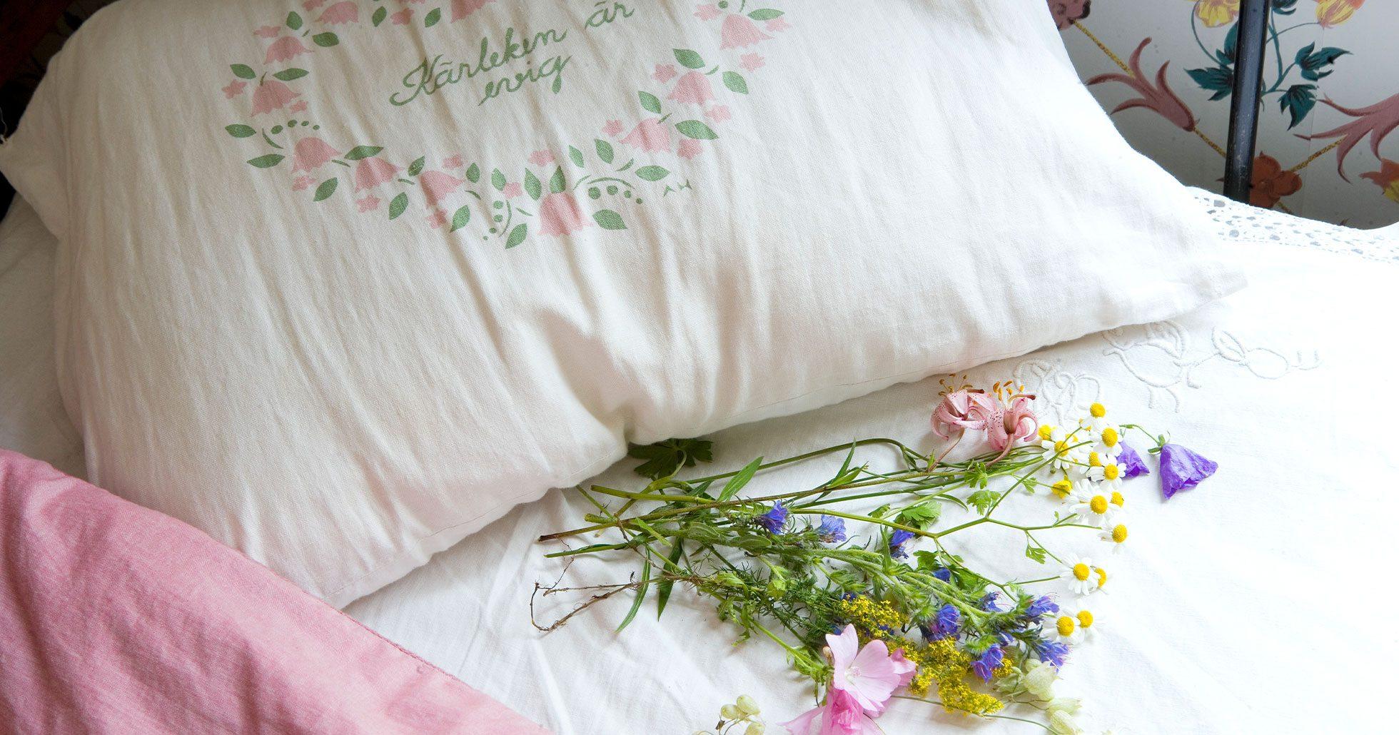 Vi lär dig hur många blommor du ska lägga under kudden på midsommar!