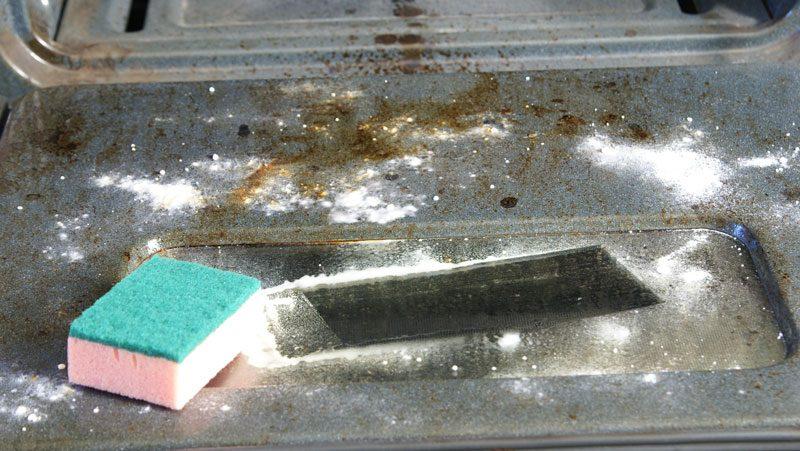 städa ugn med bakpulver