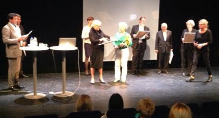 Anita tar emot priset av Mie Jernbeck