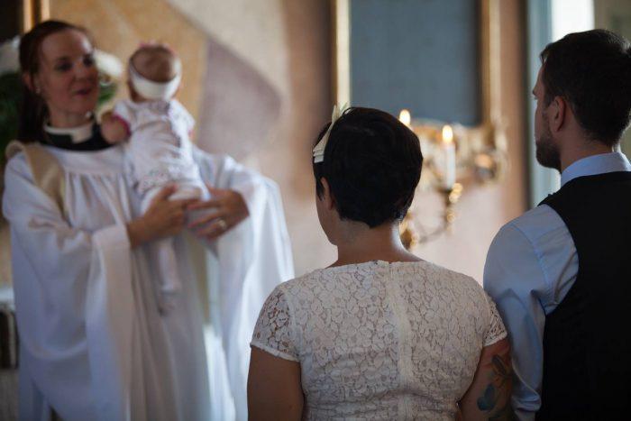 Fasters bröllop. Prästmorsan prästade och Mediapappan spelade vacker musik. Lillasyster var missnöjd över arbetsfördelningen.